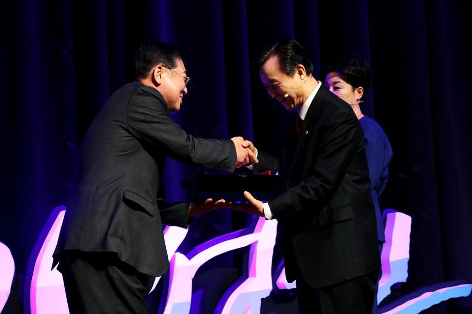 김시동 대표이사, 백선희 대표